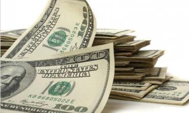 Tras una jornada volátil, el dólar bajó 30 centavos y cerró a $30,38