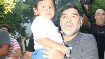 Imágenes de Diego Maradona y Dieguito Fernando en México
