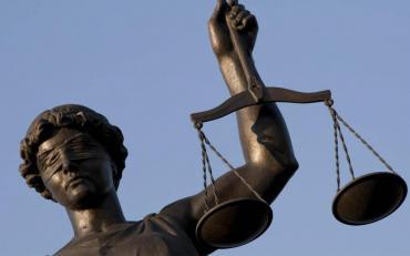 ¿Qué dice el código procesal sobre la presencia de abogados en allanamientos?