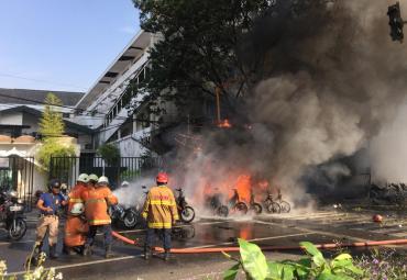 Horror en Indonesia: decenas de muertos y heridos en triple atentado contra iglesias