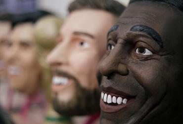 Ídolos de látex del Mundial: furor por las máscaras de Messi, Maradona, Cristiano y Pelé