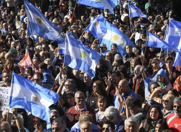 Multitudinaria marcha contra el FMI frente al Obelisco