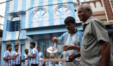 Locura por Messi: fanático en la India pintó su casa de celeste y blanco
