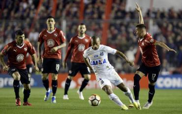 Conmebol con controversia: habilitó a Carlos Sánchez que podrá jugar ante Independiente