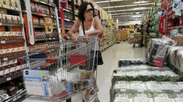 Las ventas en supermercados cayeron un 4% en febrero y alertan por despidos