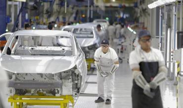 La actividad industrial sufrió su tercera baja consecutiva: cayó 5,7% en julio