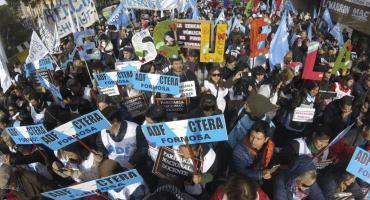 Marcha de docentes a la casa de Chubut en medio del paro a nivel nacional