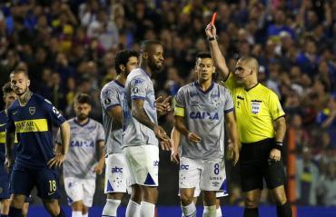 """Nuevo """"escritorio"""" de Conmebol: anuló expulsión de Dedé y podrá jugar para Cruzeiro ante Boca"""