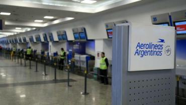 Aerolíneas Argentinas reprogramó sus vuelos del martes por el paro