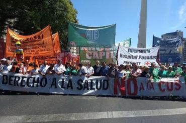 Marcha federal en defensa de la salud pública en el centro porteño