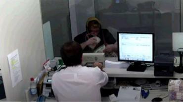 Video: le robó el DNI y se disfrazó de la jubilada que cuidaba para sacar un crédito bancario