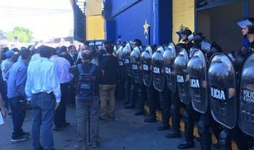 Tensión en La Bombonera: intervino Infantería para calmar furia de socios de Boca por entradas