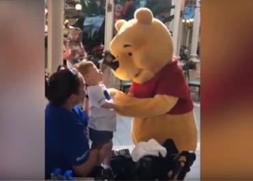 Facebook: viral encuentro entre Winnie the Pooh y un nene con discapacidad