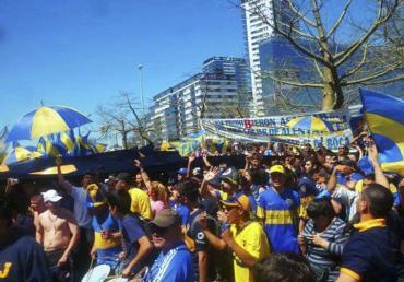 Banderazo Xeneize: miles de hinchas de Boca acompañan al plantel en el hotel de concentración