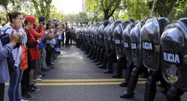 Tensión en Constitución y cruce con la Policía en marcha