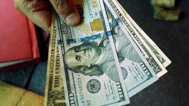Alarma en los mercados: dólar cerró a $44,90 y Riesgo País en 945 puntos