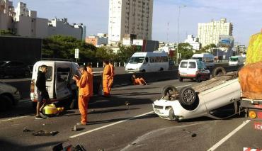 Choque y vuelco en la autopista 25 de Mayo: ocho heridos