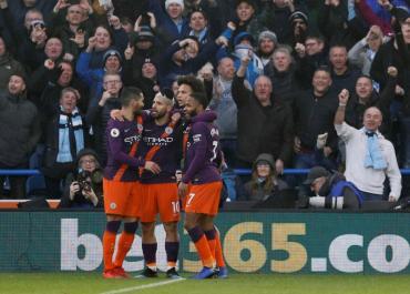 Premier League: el City de Agüero goleó al Huddersfield y no le pierde pisada al Liverpool