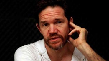 El actor Juan Gil Navarro denunció que saquearon el micro en el que viajaba su sobrina
