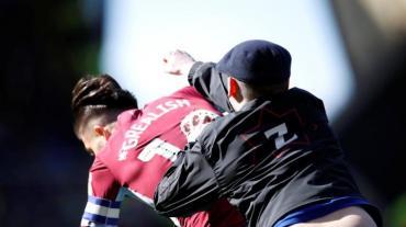 Fútbol violento: jugador inglés fue agredido en pleno partido por hincha rival