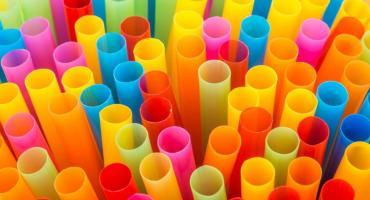 Adiós definitivo a los sorbetes de plástico: estará prohibido entregarlos aunque los pida el cliente