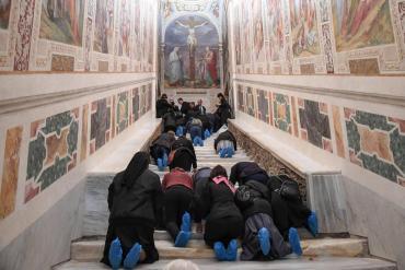 Vaticano exhibe la escalera de mármol que subió Jesús durante su juicio