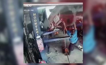 Facebook viral: mecánico casi muere aplastado cuando revisaba camioneta