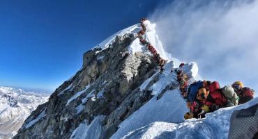 Desafiar al Everest sin preparación: riesgo de muerte y negocios millonarios