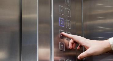 Mujer murió decapitada cuando sus auriculares se enredaron en la puerta de un ascensor