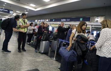 Cancelan 45 vuelos en Aeroparque y Ezeiza por asambleas de pilotos y el clima