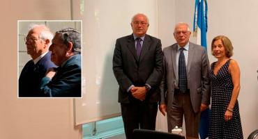 Ramón Puerta junto a Josep Borrell, quien adoptó la nacionalidad argentina