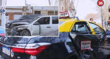 Violento choque en esquina de Palermo: taxi y auto particular muy dañados