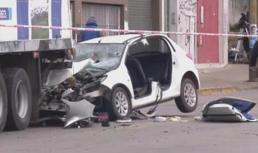 Auto se incrustó debajo de un camión en Quilmes: hay tres jóvenes muertas