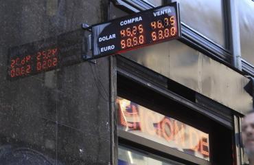 Dólar hoy: abrió en baja tras decisión de China de detener devaluación de su moneda