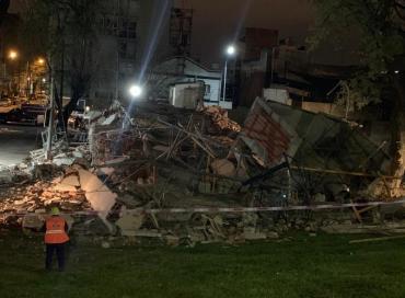 Se derrumbó un edificio en construcción sobre la colectora de General Paz