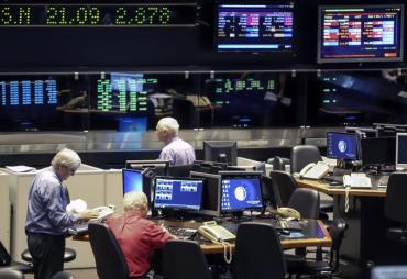 Bolsa trepa más de 10 puntos en Wall Street y Riesgo País retrocede 1,4%: crece optimismo en mercados sobre acuerdo por la deuda