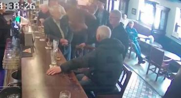 Video: Conor McGregor golpeó a un anciano que no le aceptó un vaso de whisky
