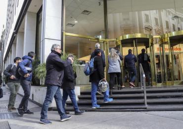 Ceden retiros de depósitos en dólares y bancos volverían a su horario normal