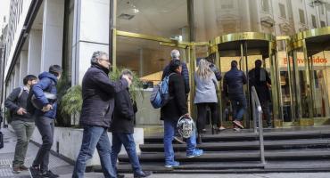 Por la corrida cambiaria, argentinos sacaron casi US$10.000 millones de los bancos en un mes