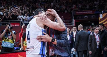 Conmovedor abrazo de leyendas entre Scola y Ginóbili tras clasificación de Argentina