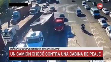 Impactante accidente en Panamericana: camión aplastó un auto y chocó contra cabina de peaje