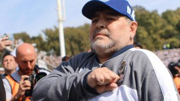 Impresionante recibimiento de hinchas de Gimnasia a Maradona en su debut
