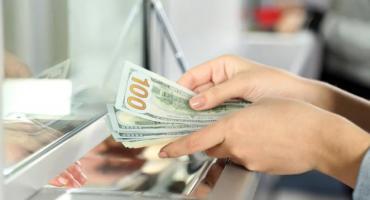 Dólar hoy: previo a anuncio de Gabinete de Fernández, oficial cotiza $62 y blue a $70