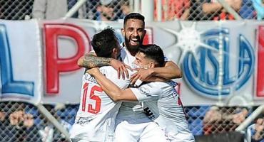 Central Córdoba dio la gran sorpresa, goleó a San Lorenzo y lo dejó sin la punta