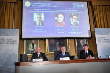 Premio Nobel de Física fue otorgado a James Peebles, Michel Mayor y Didier Queloz