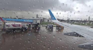 Más de 100 vuelos demorados o cancelados por la tormenta en Ezeiza y Aeroparque