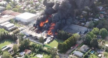 Feroz incendio en planta de productos químicos de Benavídez