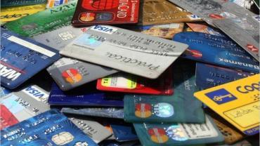 Impuesto 30%: cae consumo con tarjeta de crédito en dólares en el exterior