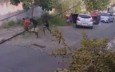 Video insólito: le puso al auto bocina con sonido de disparos y se salvó de robo