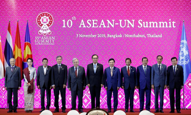 Los lideres del ASEAN en la primera sesión de la cumbre en Bangkok, REUTERS